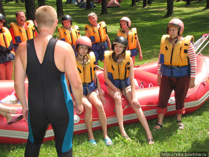 Серьезный инструктор, говорит о том, что шутки на воде плохи!