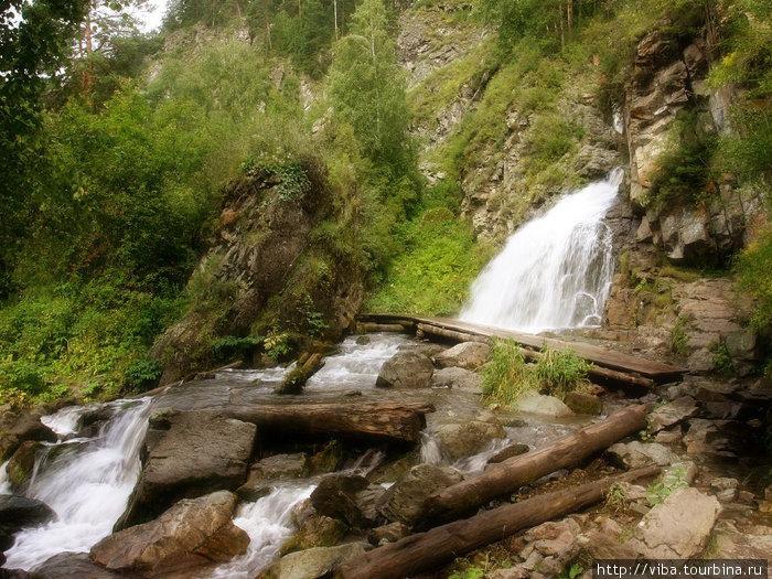 Камышлинский водопад! После прохождения двух порогов, мы заплыли сюда, перевести дух и полюбоваться местными красотами!