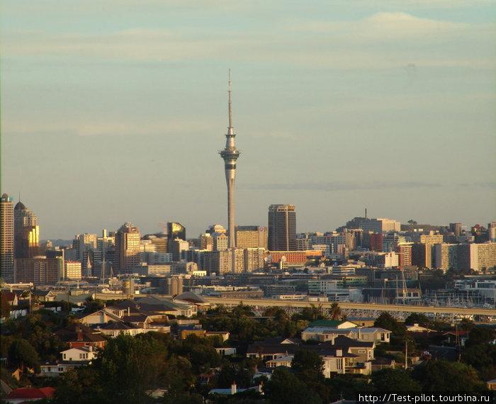 Панорама Окленда. Это настоящий мегаполис. Большинство русских эмигрантов жевет именно здесь. Город лежит на узеньком перешейке Северного Острова, который разделяет Тихий океан и Тасманово море.