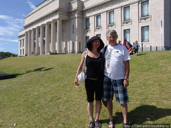 На фоне Исторического музея, который часто просто называют Музеем Окленда. Музей безусловно интересен, особенно понравилось, как представлен период освоения Новой Зеландии маори
