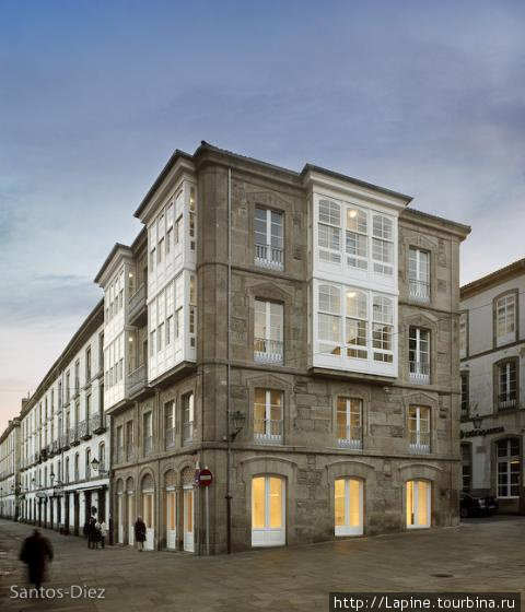 Все фото с www.trivago.com.br. Здание отеля с площади.
