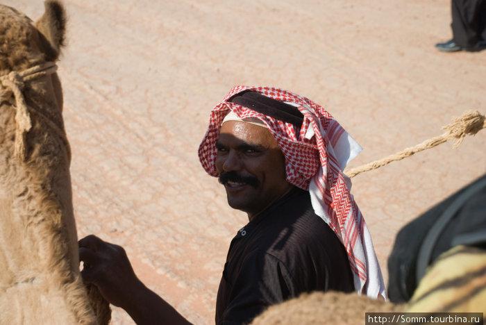Он же, сентябрь 2010, теперь в роли погонщика верблюдов. А вечером он снова разливал чай...
