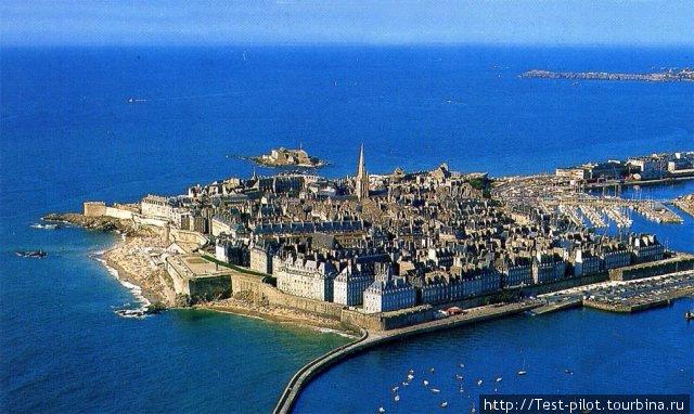 Сен-Мало (автор фото мне не известен) — город-крепость на Ла-Манше — корсарская вотчина, гроза англичан, от которых сильно пострадал во время Второй мировой войны