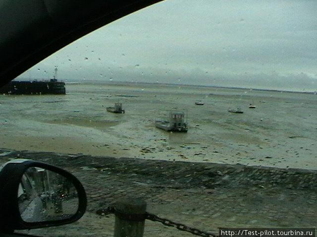 Канкаль. Отлив. Рыбацкие кораблики на песке. Канкаль — устричный край. Еще французским королям устрицы к столу доставлялись именно отсюда.