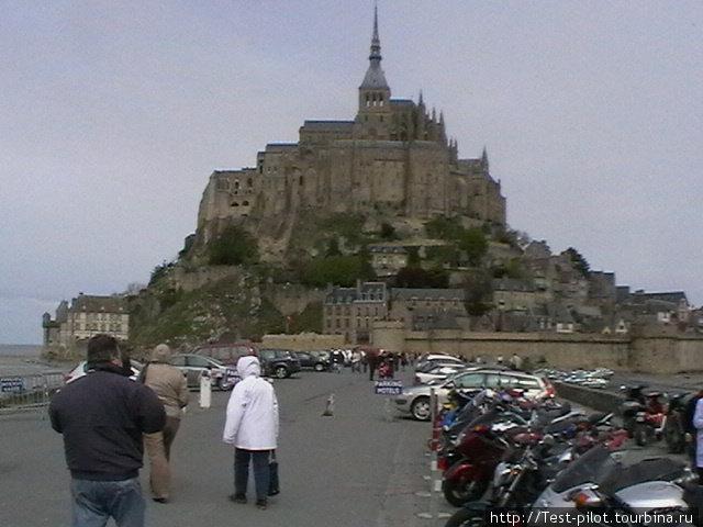 Мон-Сен-Мишель — аббатство монахов-бенедиктицев на гое Св. Михаила. Второе по посещаемости  место в после Парижа. Во время прилива превращается в остров, поэтому чтобы не смыло, надо вовремя смыться.