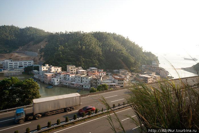 Автобаны прорубаются через горы, тоннелями и мостами. А современная городская застройка побережья повторяет средневековую, дома строятся очень тесно — мало места.