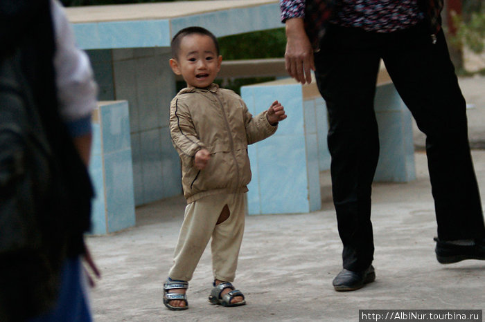 Кстати, а вот и китайские штанишки.  Дети писают и какают не снимая штанов. Прямо на улице.