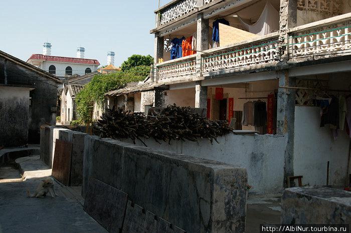 Традиционная китайская деревня, всё предельно функционально, дома похожи на сарайчики с заборами. Здесь ещё есть балкончики с украшательствами, большинство деревень беднее.