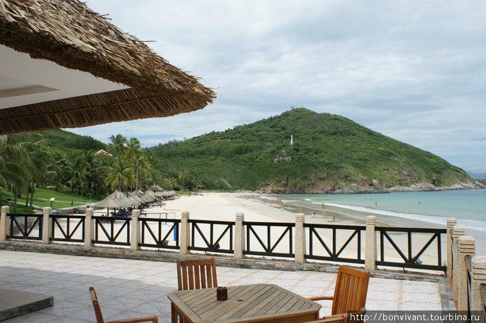 Вид на пляж и пагоду из бара