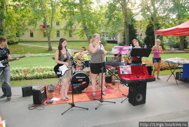 В парке у озера Хевиз (эта фотография взята с сайта www.utcafesztival.hu)