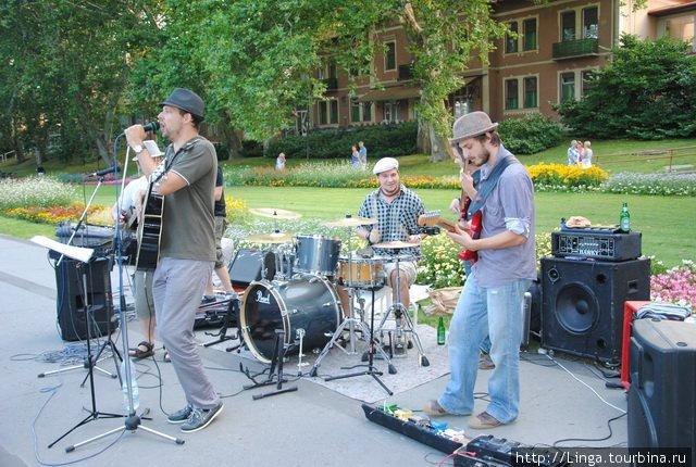В парке у озера Хевиз (эта фотография взята с сайта www.utcafesztival.hu)cafesztival.hu