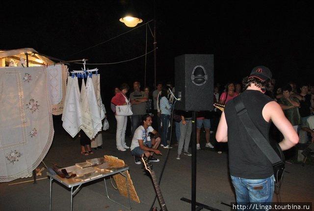 Народные промыслы и рок-музыка рядом (эта фотография взята с сайта www.utcafesztival.hu)