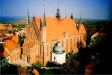 Вид на собор девы Марии и Св.Анджея с балкона башни Н.Коперника. Слева от собора синеет Вислинский залив Балтики.