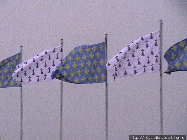 Королевские флаги над Амбуазом. Хвостики горностая и лилии — символ королевской власти