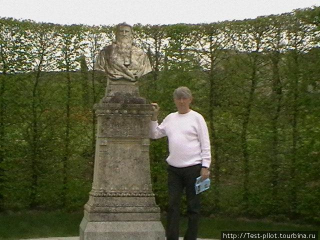 Памятник Леонардо да Винчи, который по приглашению  короля Франции Франциска I в 1516 году приехал в Амбуаз и прожил здесь последние три года жизни, занимаясь наукой, искусством. Здесь же и похоронен