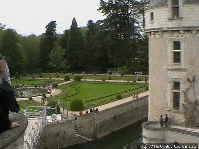 А это сад супруги Генриха II — королевы Екатерины Медичи, которая после смерти Генриха выставила Диану де Пуатье прочь, отдав ей,  правда, другой свой замок — Шеннон. Вот это нравы!