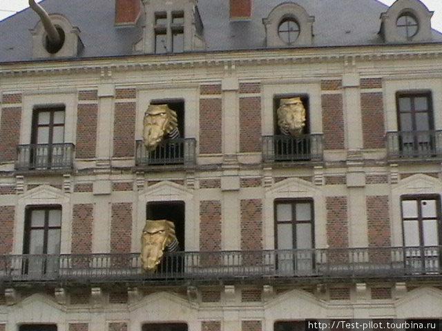 Чудовища в Блуа. Напротив замка стоит здание из замкового ансамбля, из окон которого каждый час вылезают головы огнедышащего дракона, а из мансардного окна огромный извивающийся питон.