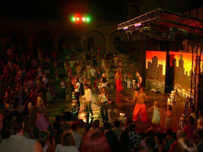 по традиции клубный танец и песня