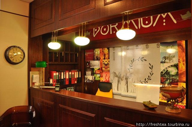 В простроной прихожей старинной венской квартиры — стойка администратора, где до 15 часов дежурит хозяйка — фрау Габи.