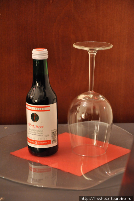 По прибытии гостей отеля ждет подарок от хозяев — вино от виноградарей Австрии. Душевно!