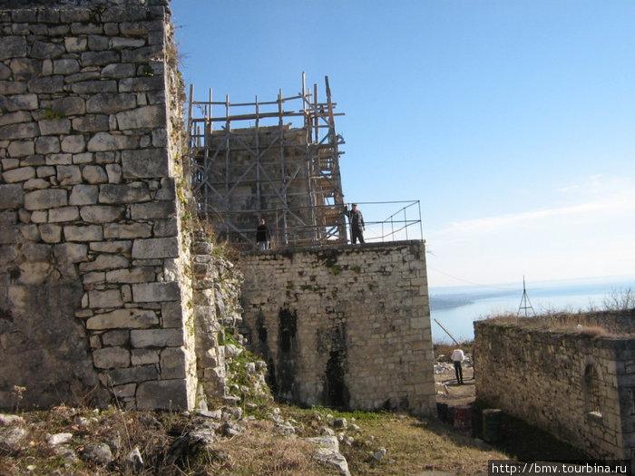 Строящаяся новая-старинная башня.