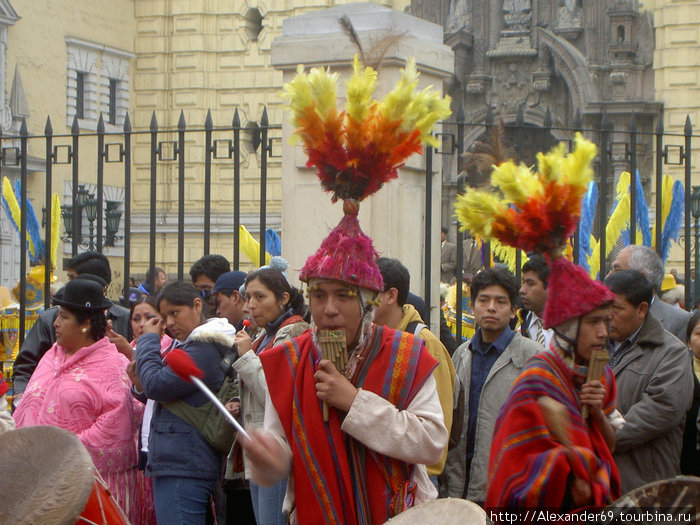 Суровые перуанские парни тоже при деле.