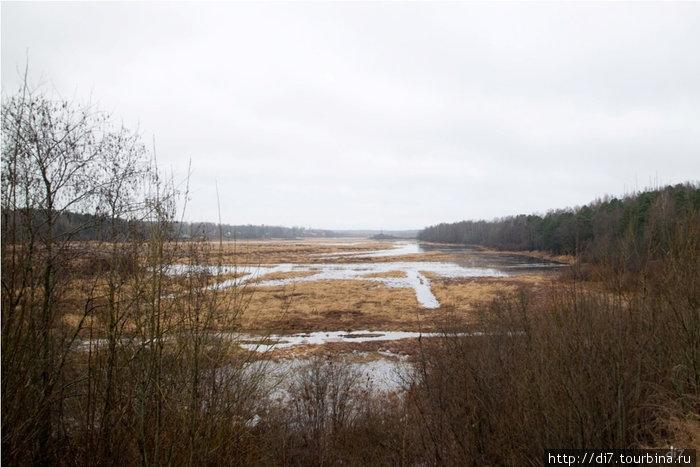 Пойма Луги у места примыкания усадьбы была осушена, прорыты каналы-следы этих работ остались, было создано исскуственное озеро по которому отдыхающие катались на лодках.