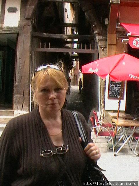 Город славится своей фахверковой архитектурой. Улочки узкие. Самая узкая – ru des Chats – улица Кошек. На ней трудно разойтись двум человекам, а верхние этажи и крыши домов почти касаются друг друга.