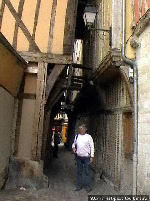 Город Труа, как и Париж, расположен на Сене, только она здесь совсем узкая, как и улочки, и часстью течет в трубе.