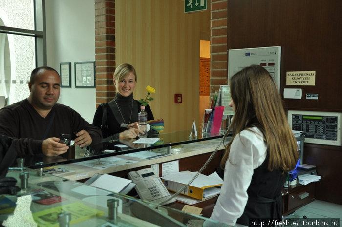 У регистрационной стойки гости могут получить полную информацию об услугах отеля и возможностях курорта Пьештяны, туристические карты и буклеты.