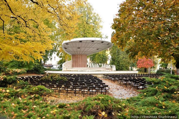 В парке с весны до осени играет оркестр... Здесь проходят фестивали и концерты именитых артистов.