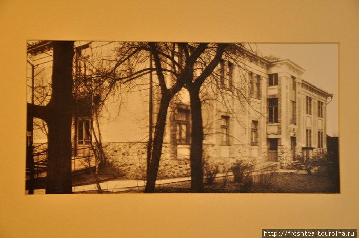 На стенах отеля — старинные фото, в том числе и самого здания отеля Сандор Павильон.