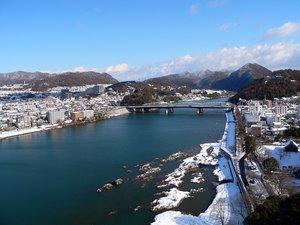 Вид на долину реки Кисо с башни замка Инуяма