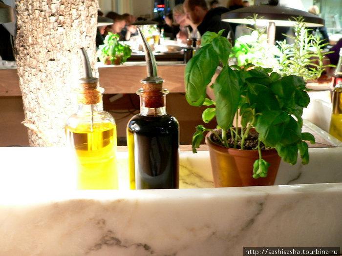 На каждом столе стоит горшочек со свежим базиликом — можно нарвать себе сколько душе угодно!