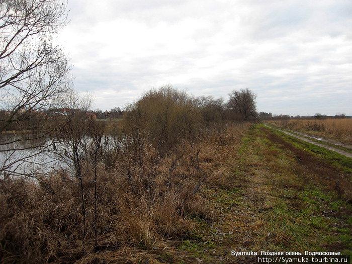На берегу реки почти сухо, лишь чуть сырая глина, спрессованная столетиями, была немножко скользкой на облысевшей дорожке.