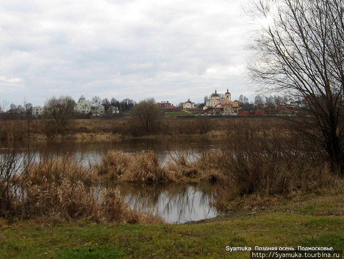 На другом берегу Москва-реки когда-то были пойменные заливные луга.  Местные жители занимались огородничеством, держали коров, а река в изобилии кормила рыбой. Сейчас там Рублевские дачи.