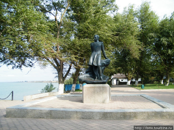 Памятник М.Ю.Лермонтову у дома-музея поэта в Тамани.