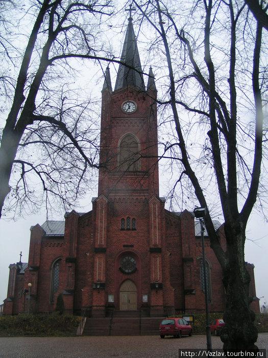 Здание церкви со стороны главной улицы