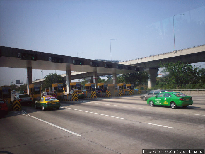 На трассе из аэропорта видны бангкокские такси
