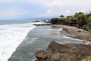 Берег моря у храма Танах-Лот