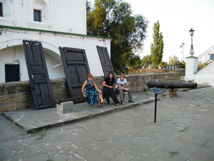 Пушки и ворота у стен колокольни.