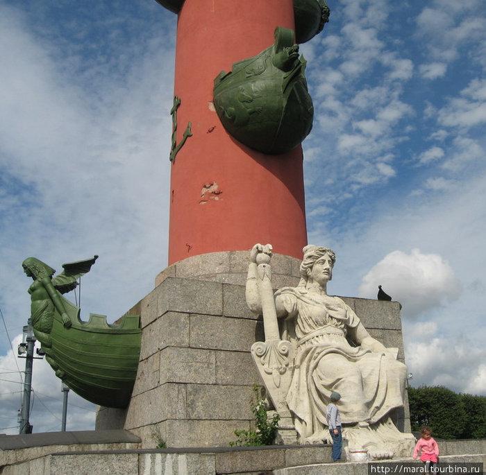 Скульптуры у оснований ростральных колонн символизируют великие русские реки — Волгу, Днепр, Неву и Волхов