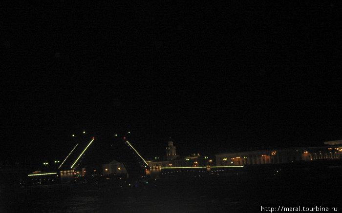 Развод Дворцового моста в ночном Петербурге — одно из самых красивых зрелищ