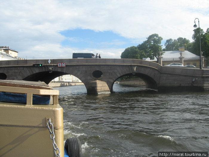 Прачечный мост через Фонтанку соединяет Дворцовую набережную и набережную Кутузова