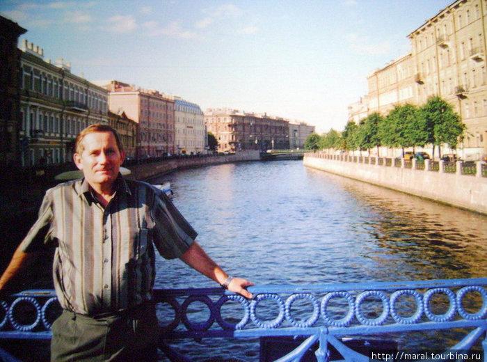 Синий мост через Мойку органично вписывается в архитектурный ансамбль Исаакиевской площади