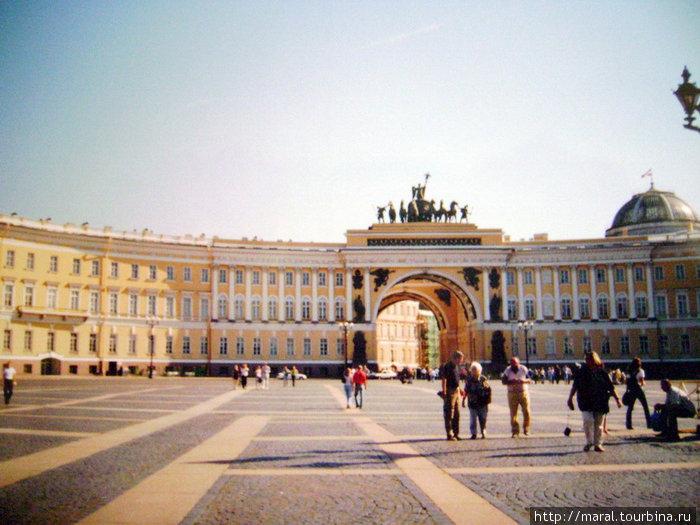 На Дворовую площадь можно попасть через Триумфальную арку Главного штаба (здание возведено по проекту архитектора Карла Росси в 1819-1829 гг.)