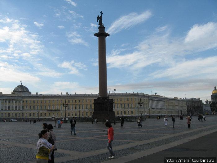 Александровская колонна (арх. Огюст Монферран) воздвигнута в 1829-1834 гг. по воле Николая I, чтобы увековечить деяния императора Александра I — победителя Наполеона в Отечественной войне 1812 года