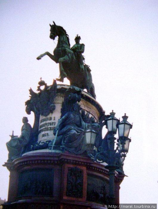 Памятник императору Николаю I на Исаакиевской площади (открыт 25 июля 1859 года) установлен на одной оси с Медным всадником на Сенатской площади