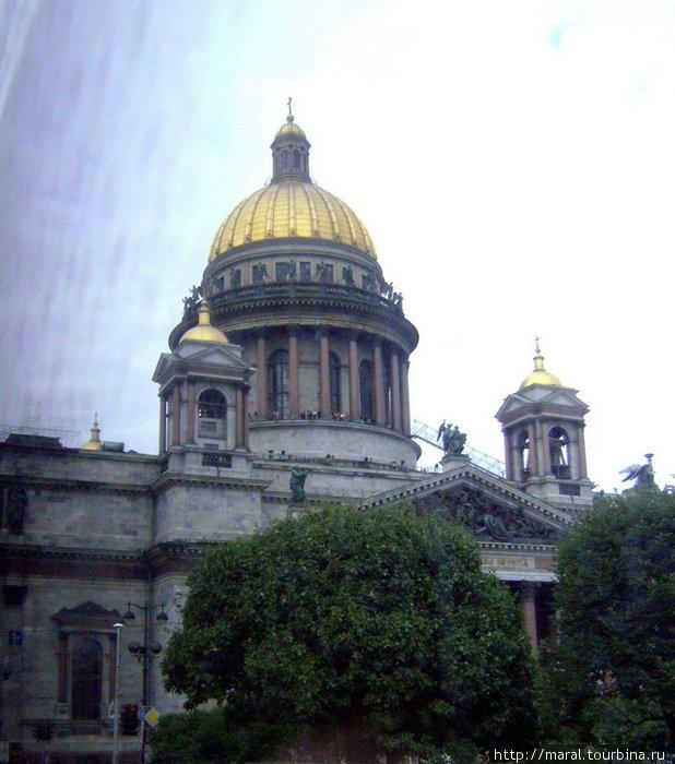 Исаакиевский собор (построен в 1818 — 1858 гг., архитектор Огюст Монферран) — один из самых заметных (в буквальном смысле) символов Санкт-Петербурга