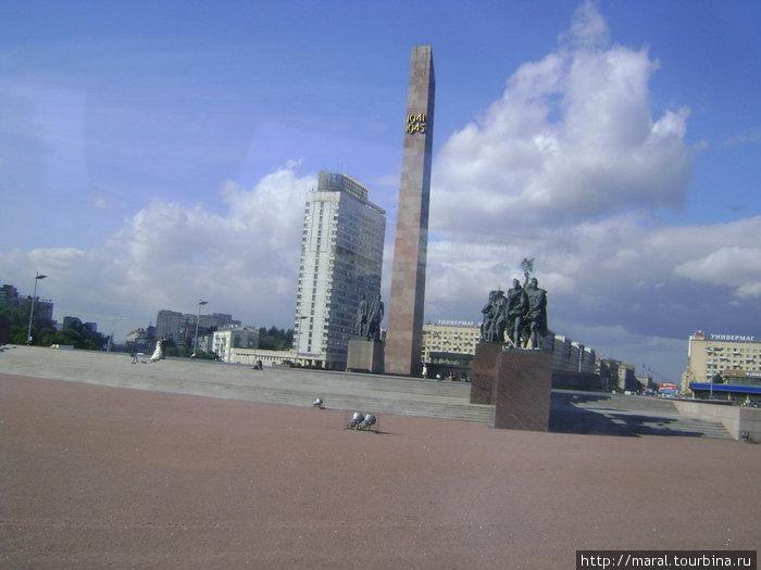 Низкий поклон героическим защитникам Ленинграда, которые 900 дней и ночей жили, работали и сражались в кольце блокады, но не пустили врага в город Петра. Мемориал на площади Победы